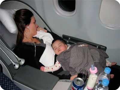 малыш и мама летят на самолете