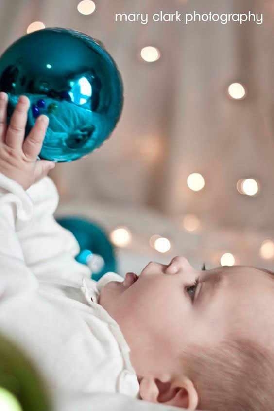 маленький ребенок перед елкой