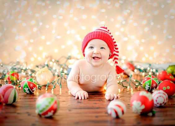 малыш и новогодние шарики