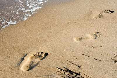 дети оставляют следы на песке
