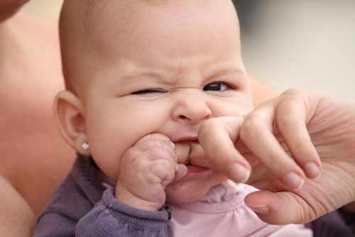 почему малыши кусаются и щипаются