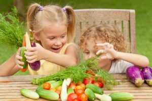 дети с удовольствием едят овощи