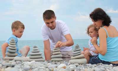 игры с детьми на галечном пляже 3