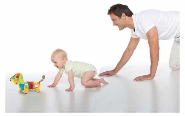 Малыш и папа ползут к игрушке