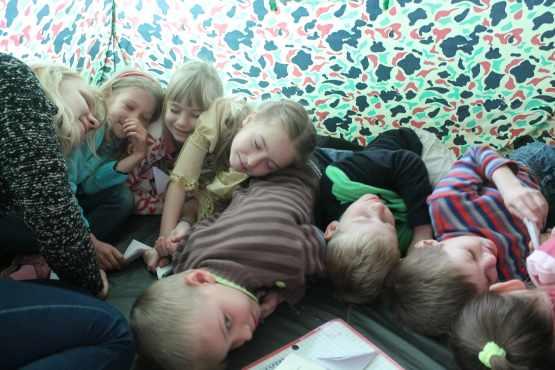 Дети лежат на полу