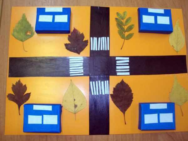 Сухие листья наклеены на макет города