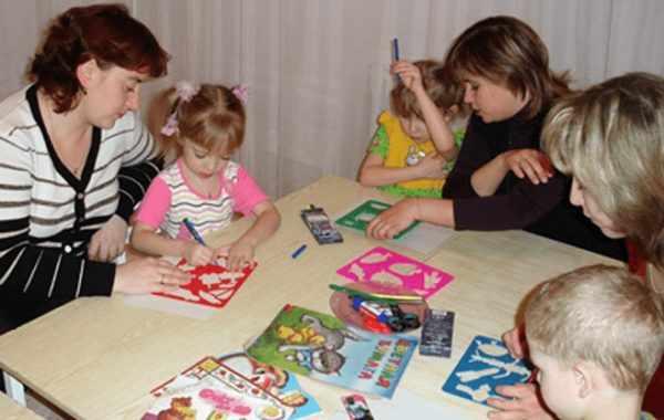 Родители на занятии рисуют вместе со своими детьми