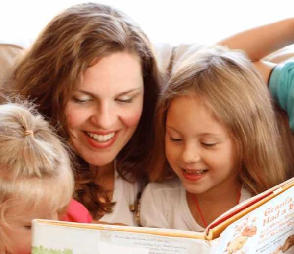 детям читают книгу