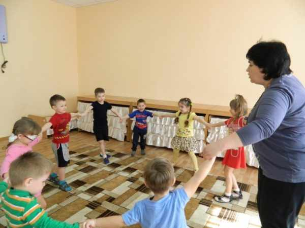 Дети выполняют движения в кругу вместе с педагогом