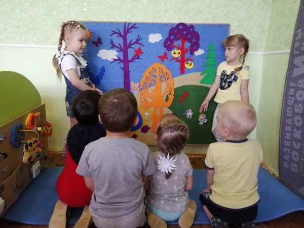 Дети играют в Фиолетовый лес