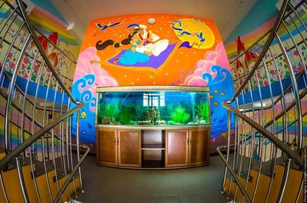 Аквариум в холле детского сада, выше — витраж из мультфильма Русалочка