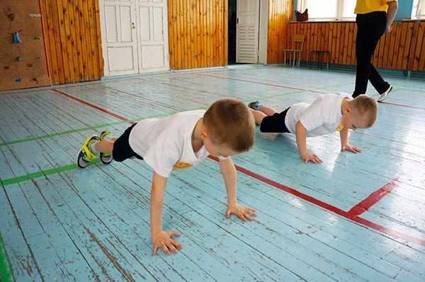 Дети отжимаются на уроке физкультуры