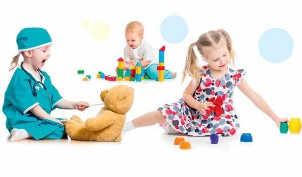 Дети играют с разными игрушками