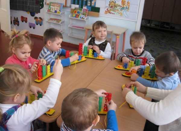 Младшая группа играет в пособия Воскобовича