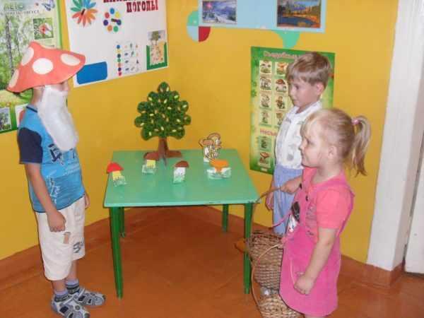 Мальчик в костюме гриба и двое ребят с корзинками