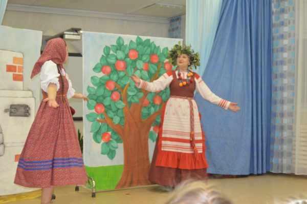Два педагога в костюмах на музыкальном занятии «Гуси-лебеди»