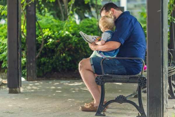 Папа читает малышу