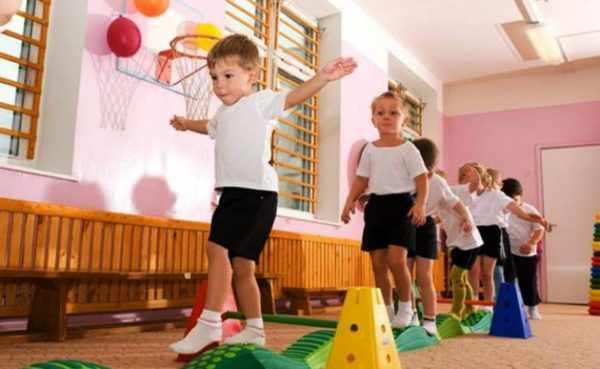 Дети идут по блокам полосы препятствий