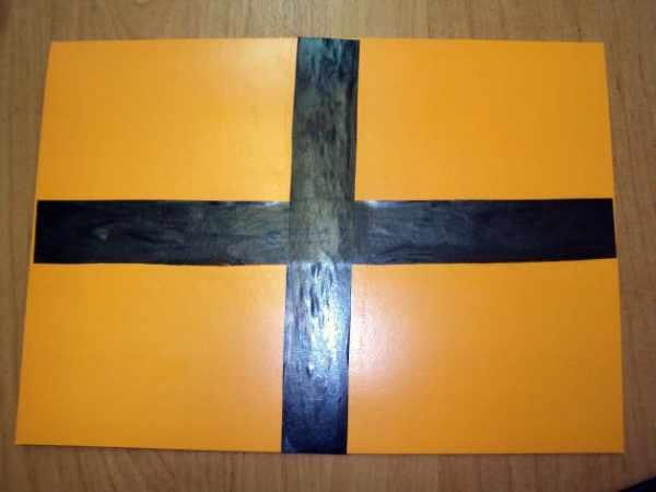 Пересекающиеся полоски наклеены на лист картона