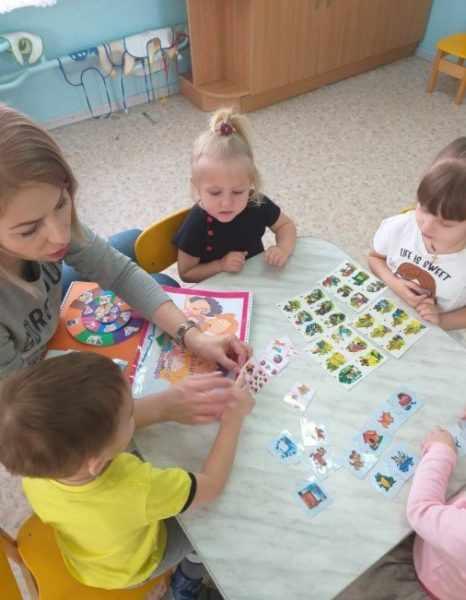 Воспитатель занимается с младшими дошкольниками