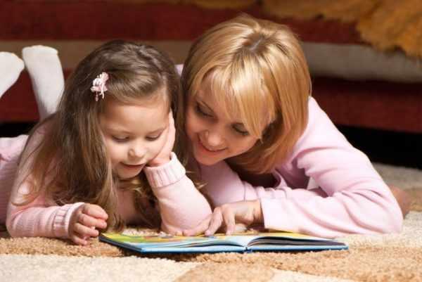 Чтение книги с ребёнком
