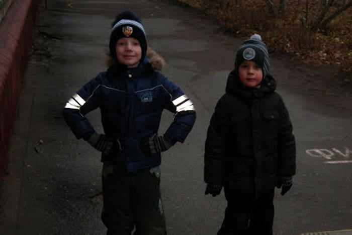 Светоотражатели на рукавах куртки у ребенка