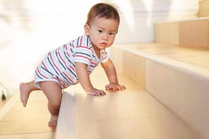 Ребенок карабкается по ступенькам