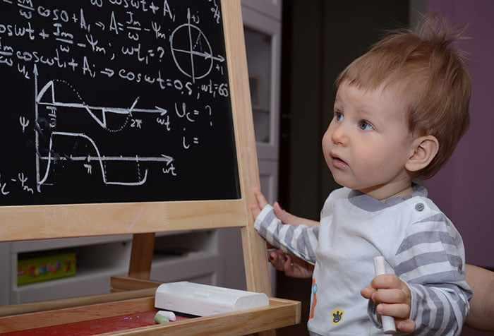 Малыш у доски с математическими вычислениями