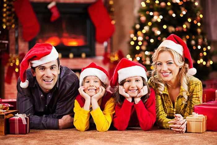 Семья в новогодних колпаках
