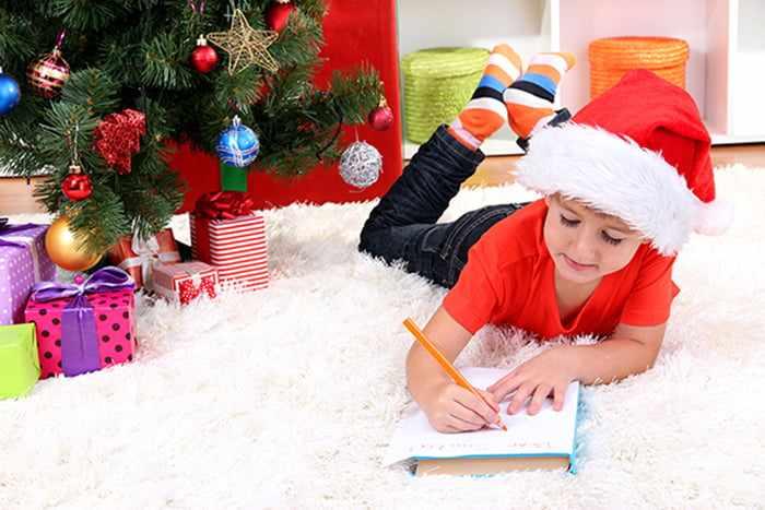 Ребенок пишет письмо Деду Морозу