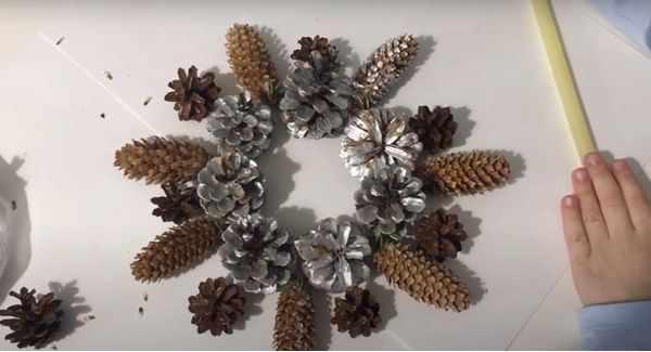 Снежинка из шишек 2