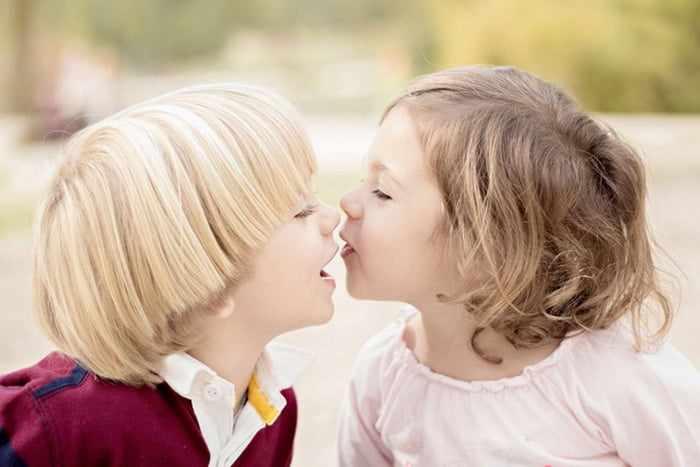 Девочка целует мальчика