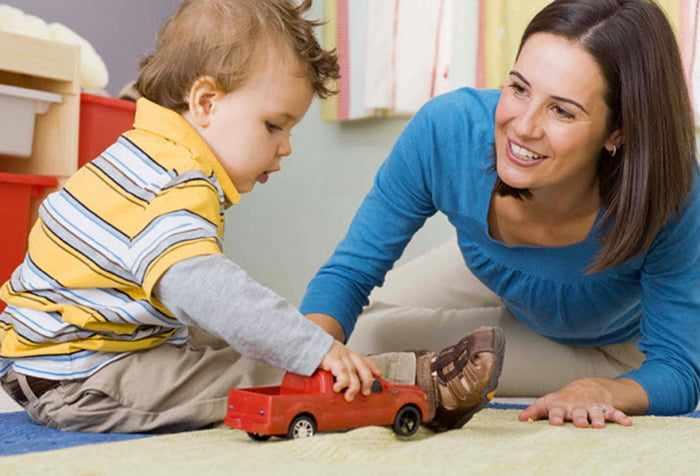 Малыш играет и общается с мамой