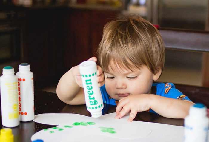 Малыш рисует штампом