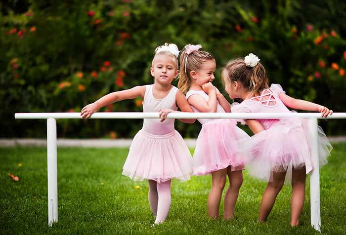 Девочки в балетных костюмах на улице