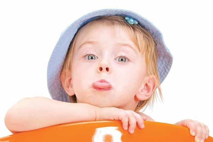 Ребенок показывает язык